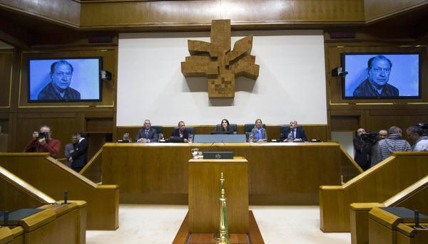 Homenaje a Santiago Brouard en el Parlamento Vasco asesinado por los GAL