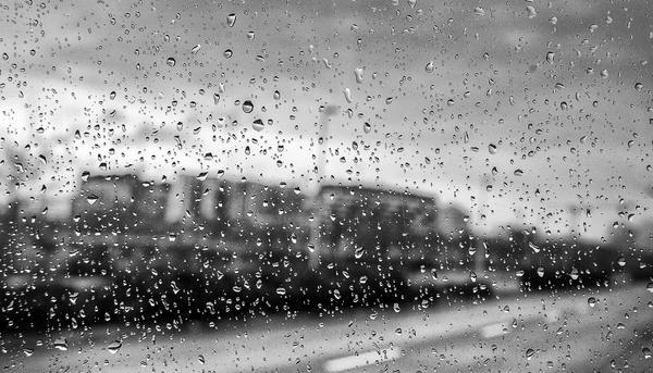 Lluvia y edificios de vivienda
