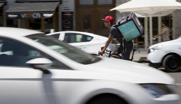 Deliveroo entre coches