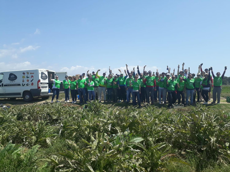 Un grupo de voluntarios y voluntarias después de una espigada. Créditos: Fundación Espigoladors