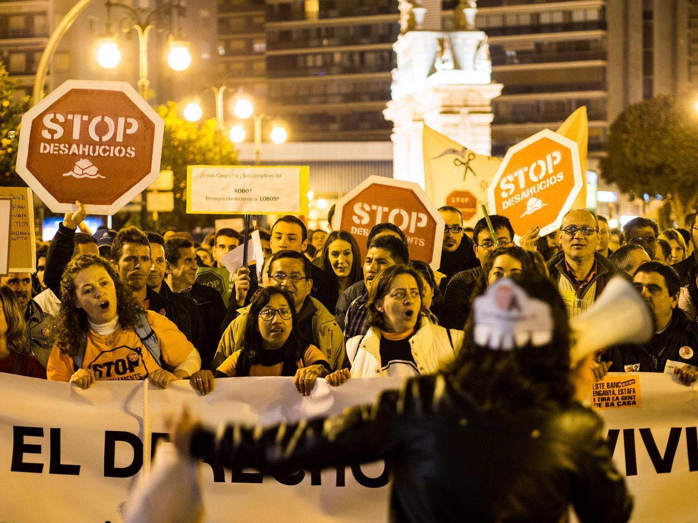https://www.elsaltodiario.com/uploads/fotos/r1500/80041133/Stop%20desahucio%201.jpg?v=63697830600