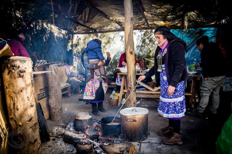 Campamento en apoyo a los presos políticos mapuche fuera de la cárcel de Angol. / Foto: Señal 3 La Victoria