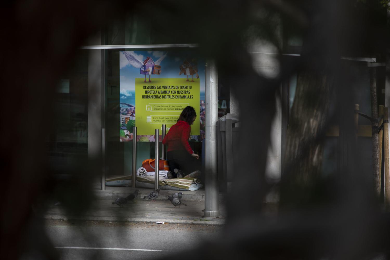 Una persona sin hogar en una sucursal bancaria del Paseo de la Castellana. David F. Sabadell