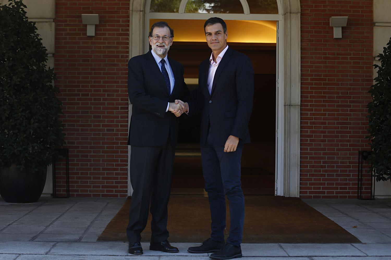 ¿Cuánto mide Pedro Sánchez? - Altura: 1,89 - Real height - Página 2 Rajoy_sanchez_moncloa