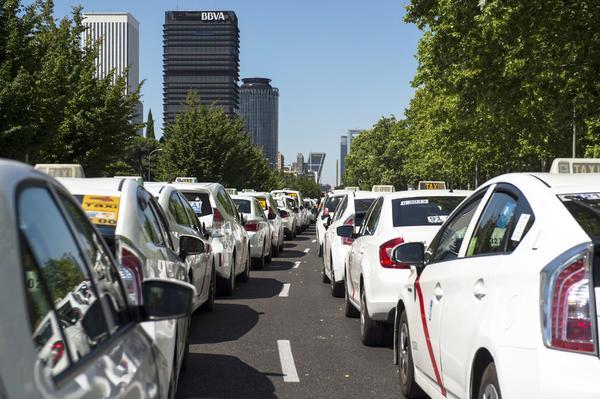 Huelga de taxis en Madrid frente a Fomento