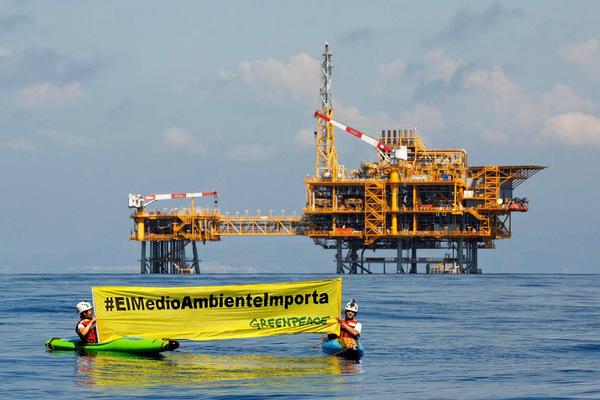 Acción de Greenpeace frente a la plataforma Castor
