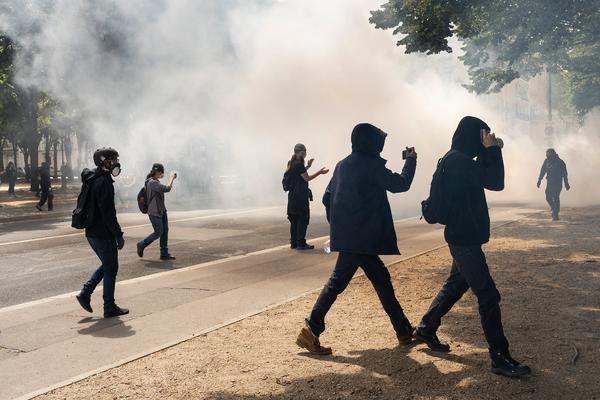 La policía francesa convierte una manifestación en defensa de la sanidad en una batalla campal - 1