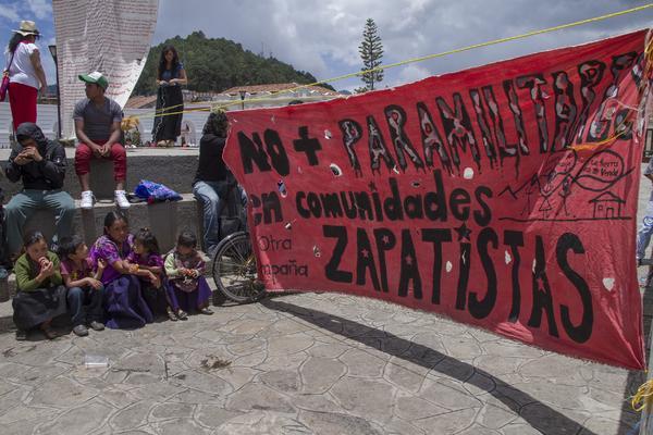 """""""No más paramilitares en comunidades zapatistas"""". Foto: Elizabeth Ruiz"""