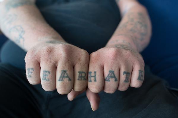 Nudillos tatuados extrema derecha