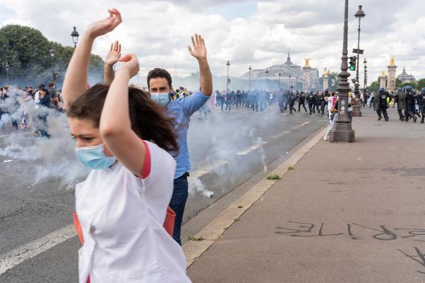 La policía francesa convierte una manifestación en defensa de la sanidad en una batalla campal - 3
