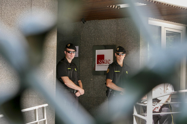 Agentes de la Guardia Civil en la sede de la SGAE en 2011