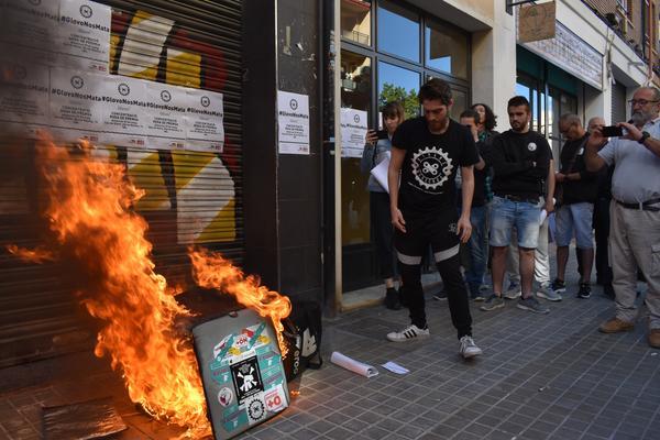 'Riders' de Valencia, queman sus mochilas en solidaridad con el trabajador de Glovo muerto en Barcelona