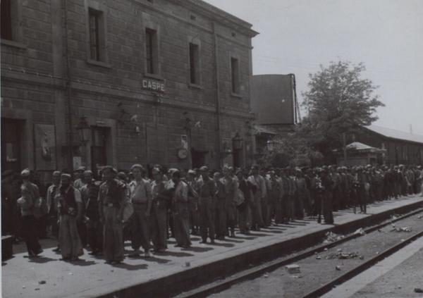 Prisioneros del Sector del Ebro en la Estación de Caspe para ser evacuados hacia Zaragoza. Fuente: Biblioteca Nacional de España