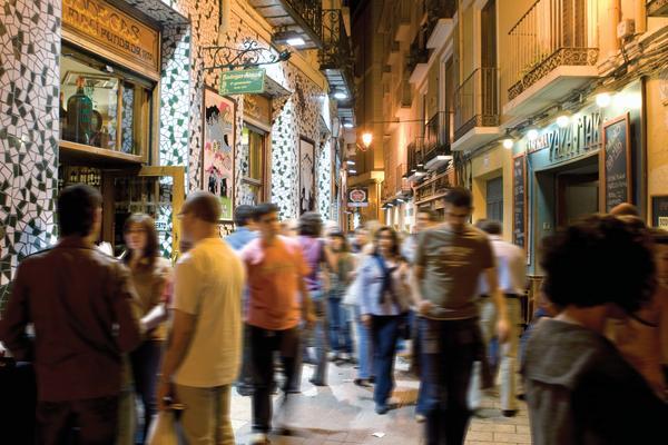 Zona 'El Tubo' uno de los lugares más frecuentados en la noche zaragozana. Foto de la oficina de turismo zaragozana :: elsaltodiario.com