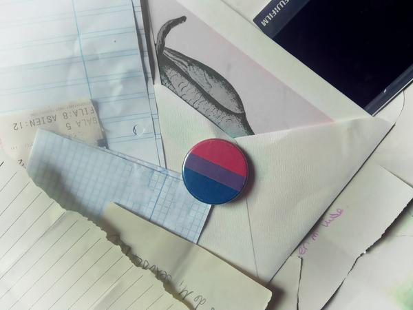 Bandera bisexual y cartas. Elisa Coll Blanco.