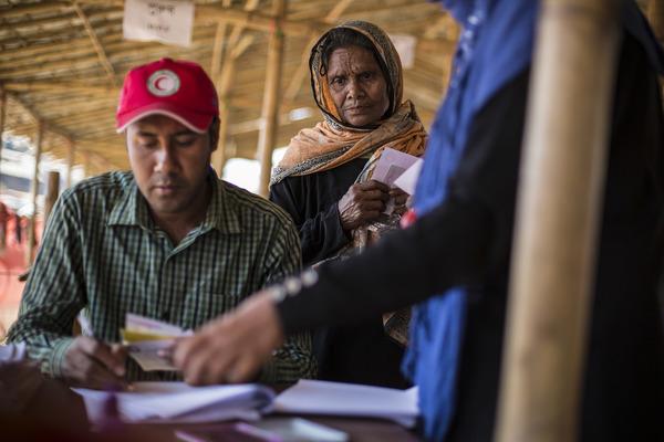 Reparto de alimentos ONG en campamento rohingya