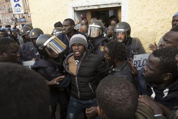 Mame Mbaye protestas cónsul 2