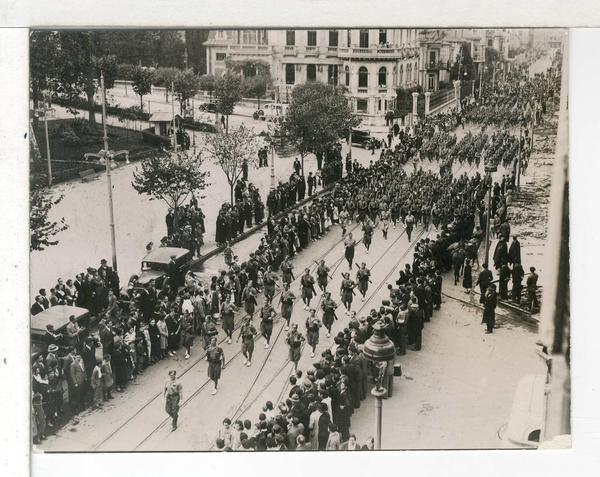 Desfile de las tropas estatales a su entrada en Oviedo