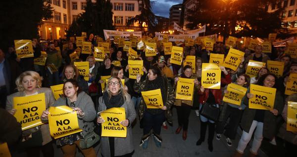 Manifestación contra la huelga de Alimerka. PABLO LORENZANA