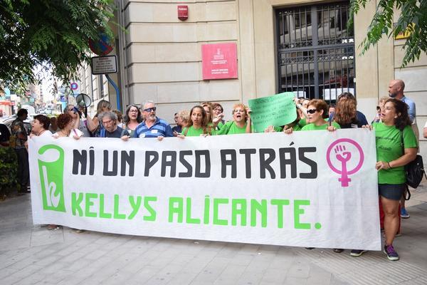 Las kellys se concentran frente a Inspección de Trabajo en Alicante para exigir medidas contra la sobrecarga de trabajo
