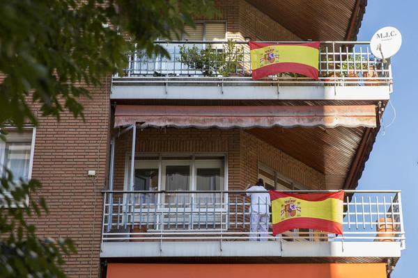 Bandera española y precariedad