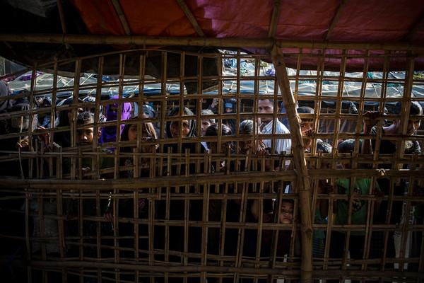 Refugiados rohingya esperando reparto de comida y alimento