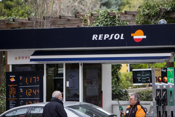 Empleado de una estación de servicio de Repsol