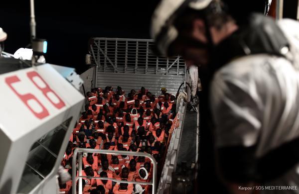 La Marina italiana transfiere cientos de migrantes al Aquarius, el barco de salvamento de MSF