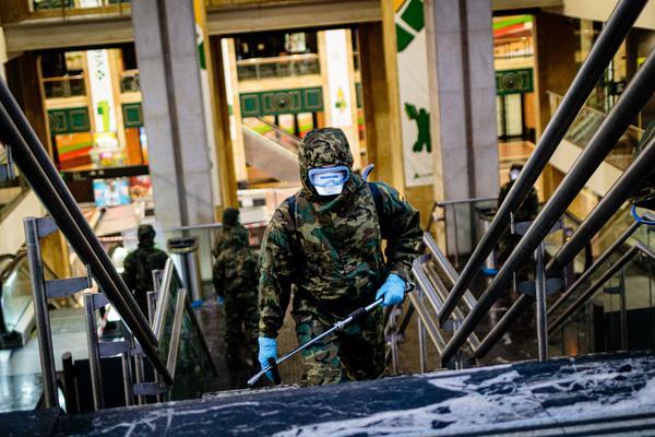 Efectivos de la UME desinfectando la estación de tren de Bilbao la semana pasada. CHRISTIAN GARCÍA