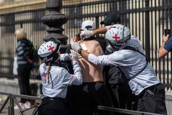 La policía francesa convierte una manifestación en defensa de la sanidad en una batalla campal - 11