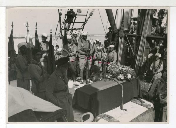Las tropas estatales homenajean a una víctima en un barco
