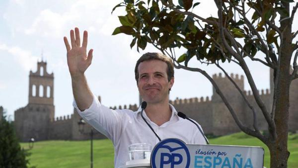 Pablo Casado, brazo en alto, ante las murallas de Ávila
