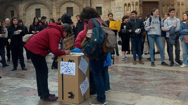 Concentración de Fridays For Future en la Plaza de la Virgen de València