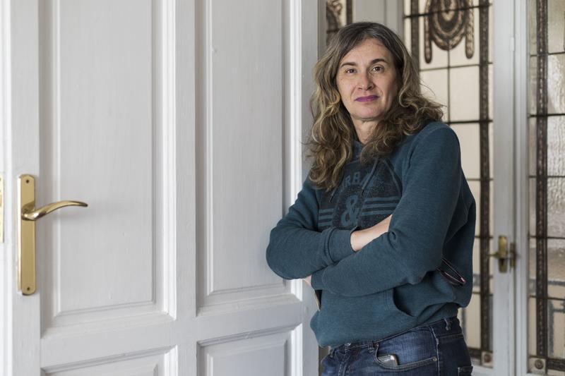 Diana Cardo en la sede de la FELGTB. DAVID F. SABADELL